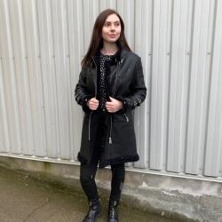 Pia rulamsjakke - Varm og blød  - Sort rulam, med rå detaljer